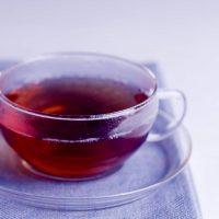 Primo piano di una tazza di tè nero